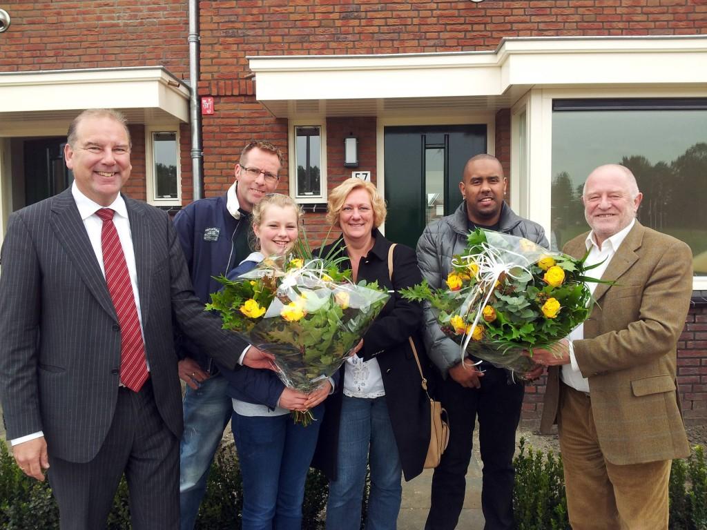 Vlnr: Wilco van den Ban (directeur AM), familie Van Teijlingen, de heer Spock, wethouder Hans Versluijs (gemeente Vlaardingen)